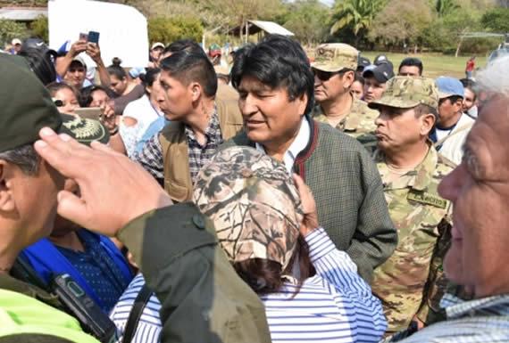 Presidente anuncia reconstrucción de viviendas afectadas por incendio en Roboré y reporta 70% de disminución del fuego