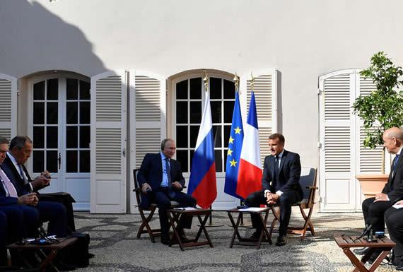 Putin agradece a Macron por cederle un sitio con sombra a la delegación rusa