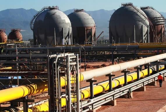 YPFB firma cuatro convenios para exploración, gas domiciliario y fertilizantes