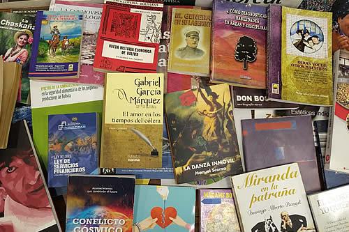 Servidores públicos del Viceministerio de Comunicación donan más de 100 libros para la campaña Bolivia Lee 2021
