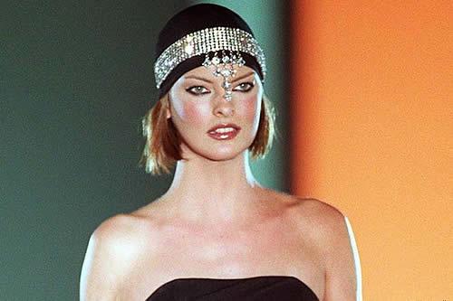 """Cirugías estéticas dejan """"brutalmente desfigurada"""" a la modelo Linda Evangelista"""