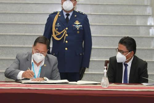 Promulgan ley que facilitará la adopción de al menos 5.678 niños y adolescentes en Bolivia