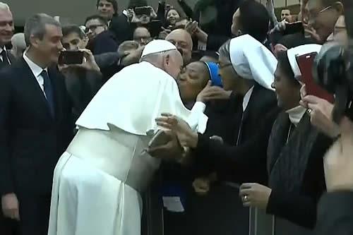 """El papa Francisco acuerda dar un beso a una monja pero con una condición: """"¡No muerdas!"""""""