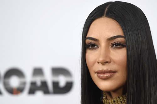 Kim Kardashian va más allá de sus curvas y se revela una excelente abogada