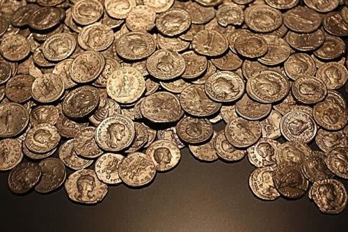 """Descubren en Francia un """"tesoro excepcional"""" con monedas del siglo XII"""