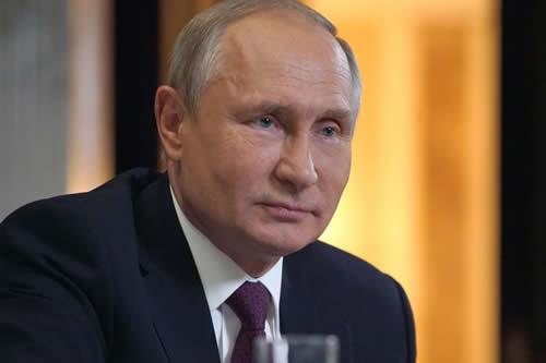 Hombre de palabra: Putin toma vodka para cumplir una promesa