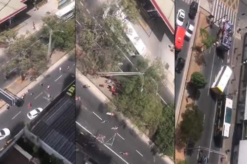 Hinchas de un mismo equipo de fútbol colombiano protagonizan una violenta pelea con machetes en la vía pública