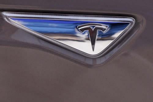 El vídeo de un conductor dormido en un Tesla en movimiento causa polémica