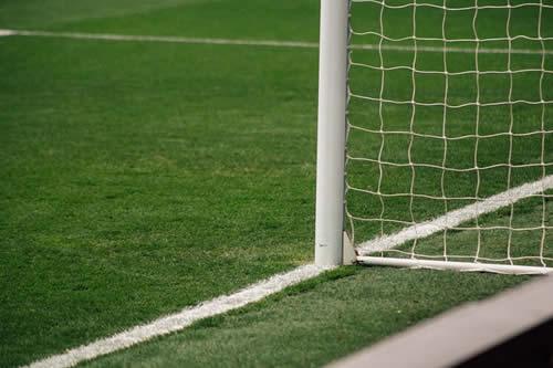 Cae y marca un gol tumbado sobre el césped