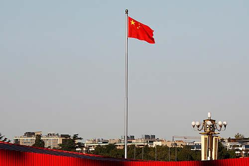 Multan a un basquetbolista francés por no mirar la bandera de China antes de un partido
