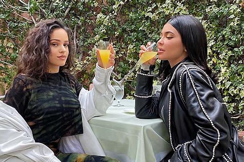 Rosalía y Kylie Jenner insinúan tener una picante relación