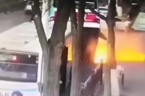 Gigantesco socavón 'se traga' un autobús y deja varios muertos en China