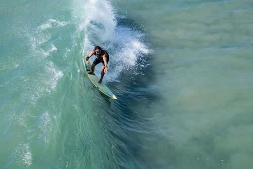 Un dron salva a un surfista de un tiburón