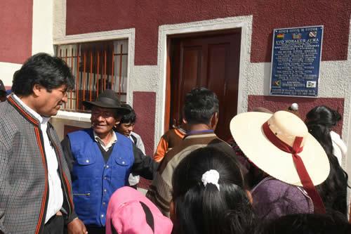 Presidente entrega vivienda social a numerosa familia de escasos recursos económicos en Oruro