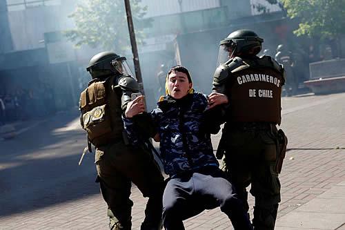El manifestante chileno que escapó de 5 carabineros en moto al mejor estilo Messi