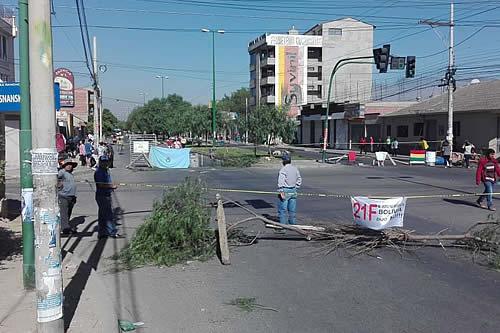 Vecinos inician desbloqueo pacífico de avenidas de la zona sud de ciudad de Cochabamba