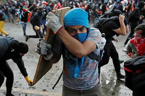 Los manifestantes inundan las calles de Santiago para protestar contra el Gobierno chileno