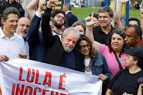 Expresidente brasileño Lula sale de prisión ovacionado por sus seguidores