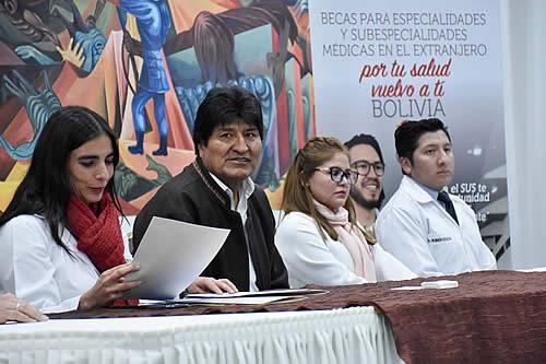 Morales presenta convocatoria para otorgar 450 becas de especialización a médicos bolivianos