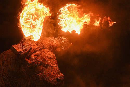 Un toro con bolas de fuego en sus astas corre aterrorizado para el deleite de espectadores en una fiesta en España