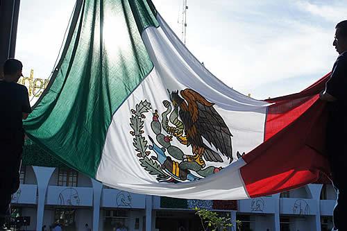 Campesinos marchan durante un desfile por el aniversario de la Revolución Mexicana