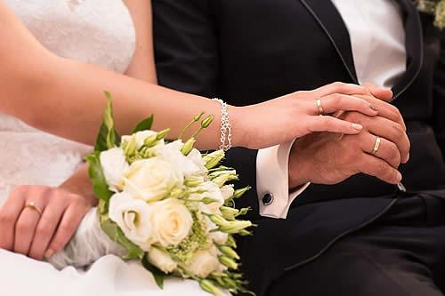 Un hombre acepta una propuesta de matrimonio y acaba arrestado por su novia en el templo