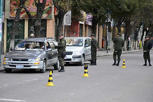 Policía retiene 62 vehículos por vulnerar auto de buen gobierno en Santa Cruz