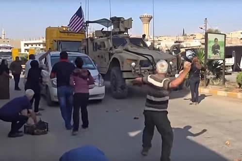 """¡Mentirosos!"": kurdos arrojan patatas a tropas de EE.UU. que se retiran de Siria"