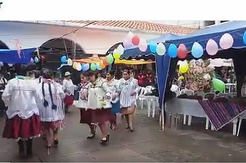Inicia celebración del 'Jueves de comadres' en centros de abasto de Sucre