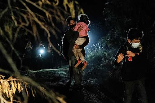 """Familias migrantes se separan """"voluntariamente"""" para que los niños entren solos en EEUU"""