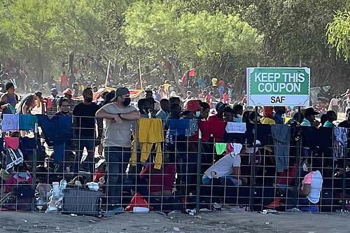Biden aumentará deportaciones de migrantes refugiados en Texas