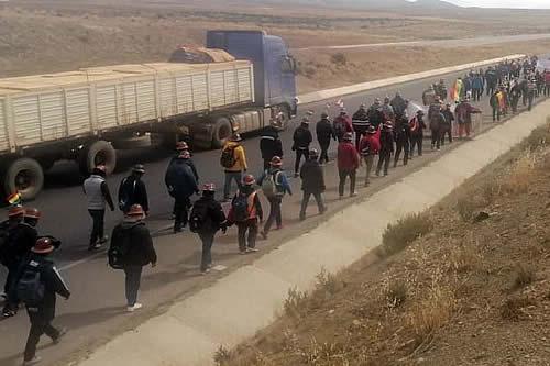 Mineros de Andacaba marchan hacia La Paz en demanda de nacionalización