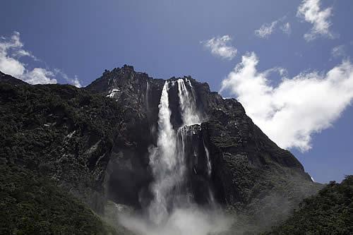 Increíbles imágenes de dron muestran cómo sería descender en caída libre por el Salto Ángel, la cascada más alta del mundo