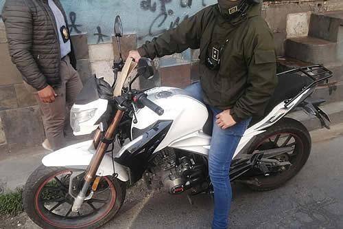 Capturan a falso policía que circulaba en motocicleta en La Paz