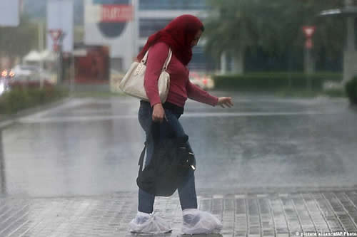 """Usan drones y descargas eléctricas para """"sembrar nubes"""" y crear lluvia artificial en los Emiratos Árabes Unidos"""