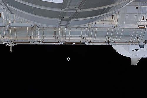 Los tripulantes de la Estación Espacial Internacional reubican la nave espacial Endeavour