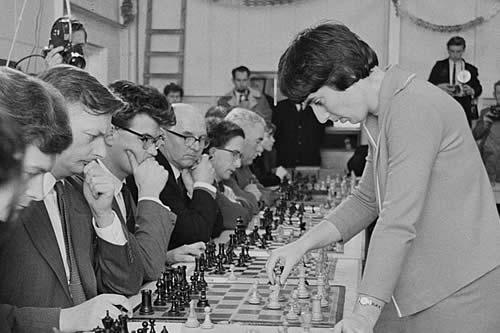 """Una excampeona del mundo de ajedrez demanda a Netflix por un comentario """"sexista"""" en 'Gambito de dama'"""