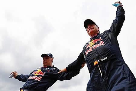 Carlos Sainz, el piloto español que enseña a no usar el celular al conducir, ganó el Dakar 2018