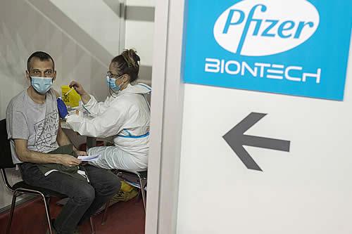 Afirman que ya la primera dosis de las vacunas de Pfizer o AstraZeneca reduce a la mitad la transmisión del covid-19 en los hogares
