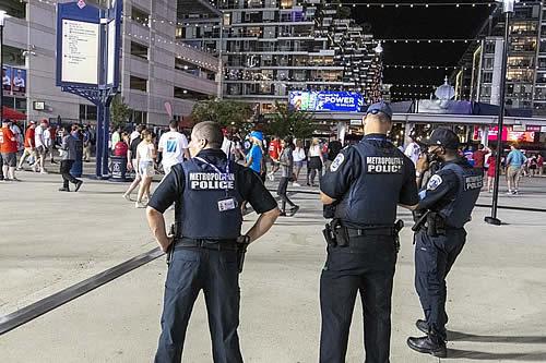 El momento en que se escuchan disparos durante una transmisión en vivo de un partido de béisbol que provoca una masiva fuga del público