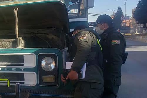 Muere asfixiado un chofer al engancharse su chalina en el motor de su microbús