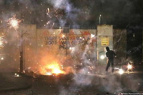 Gobierno de Irlanda del Norte convoca a reuniones de emergencia por violentos disturbios
