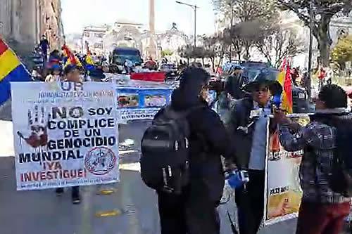 Los 'antivacunas' se movilizan en Potosí y reciben el rechazo de la población