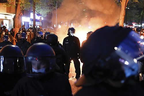 """""""Furia ciega y destructiva"""": Al menos 93 policías heridos y más de 350 manifestantes detenidos en las protestas en Berlín"""