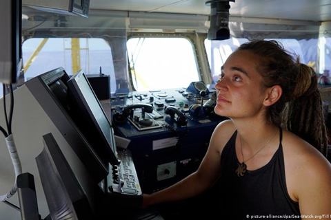 Barco con migrantes desafía prohibición de entrar en aguas italianas