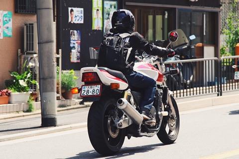 Conductores persiguen e interceptan a ladrones que huían en una motocicleta en México