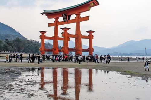 Extrañas partículas en una playa cerca de Hiroshima serían 'huellas' de la explosión atómica