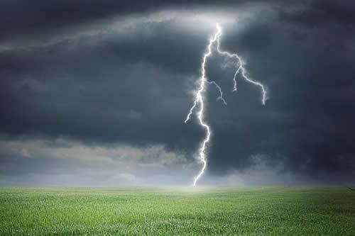 Logran crear un rayo artifical al lanzar a una nube de tormenta un cohete con un cable de cobre