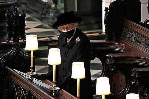 Lo que Isabel II guardaba en su bolso durante el funeral del príncipe Felipe