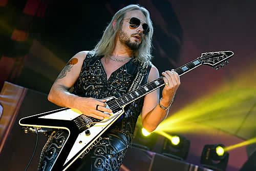"""Guitarrista de Judas Priest casi muere en pleno 'show' al sufrir una rotura de la aorta y """"derramar sangre"""", pero consigue un solo perfecto"""